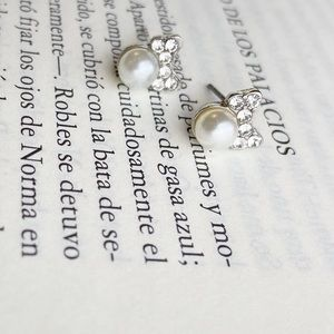 BOW PAVE WHITE PEARL STUDS
